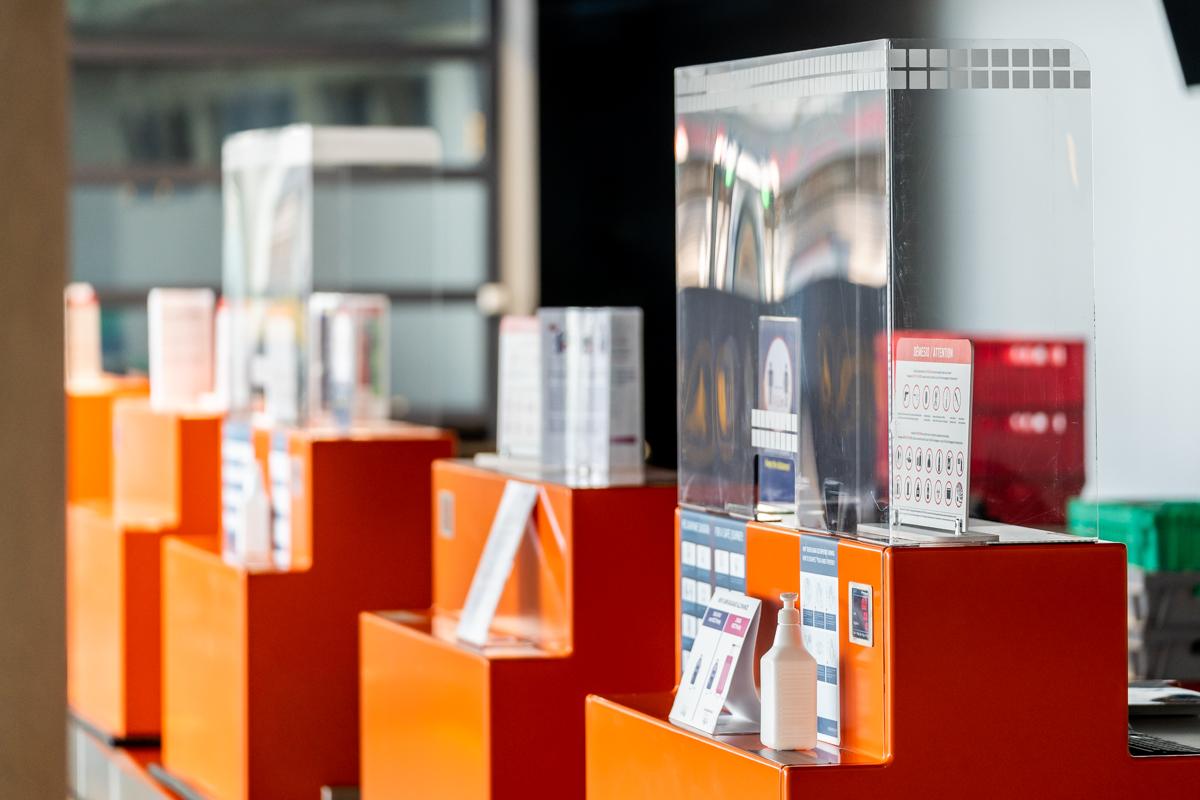 Organinio stiklo skydai yra įmontuoti ant registracijos stalų, saugumo patikrinimo vietose ir prie įlaipinimo vartų